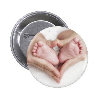 Babyfüße in den Mutterhänden Runder Button 5,1 Cm