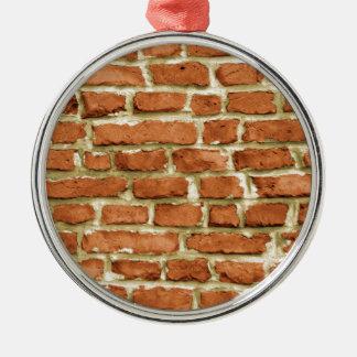 Backsteinmauer Rundes Silberfarbenes Ornament