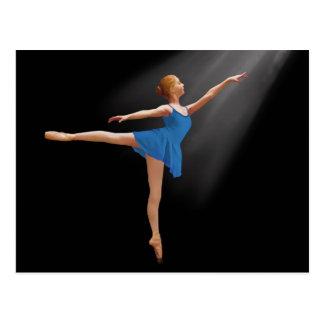 Ballerina in Arabeske-Position auf schwarzer Postkarte