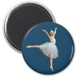Ballerina-Tanzen auf blauem Magneten Runder Magnet 5,7 Cm