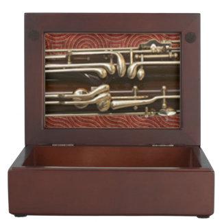 Bassoon-Schlüssel auf dunkelrotem Erinnerungsschachteln