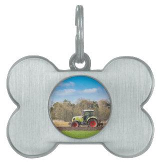 Bauer auf dem Traktor, der sandigen Boden im Tiermarke