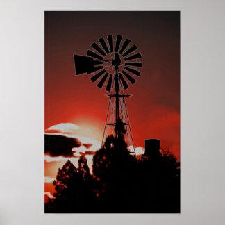 Bauernhofwindmühle am Sonnenuntergang Poster