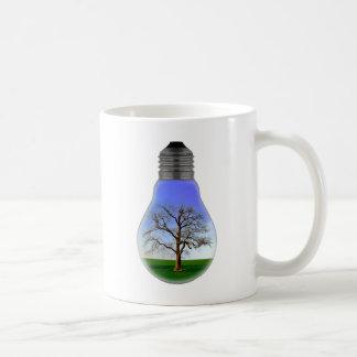 Baum in einer Glühlampe Tasse