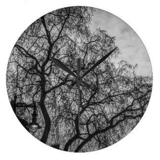 Bäume in der Schwarzweiss-Wanduhr Große Wanduhr