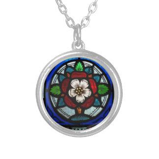 Beflecktes Glas Tudor Rose Versilberte Kette