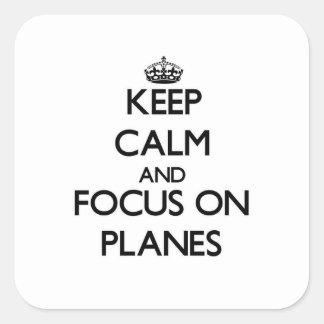 Behalten Sie Ruhe und Fokus auf Flugzeuge Quadratsticker