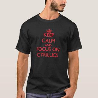 Behalten Sie Ruhe und Fokus auf kyrillischen T-Shirt