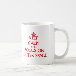 Behalten Sie Ruhe und Fokus auf Weltraum Tasse