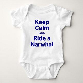 Behalten Sie Ruhe und reiten Sie ein Narwhal Baby Strampler