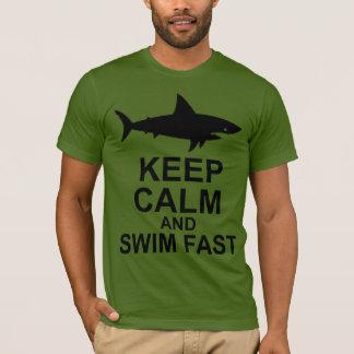 Behalten Sie Ruhe und schwimmen Sie schnell - T-Shirt