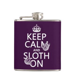 Behalten Sie Ruhe und Sloth an Flachmann