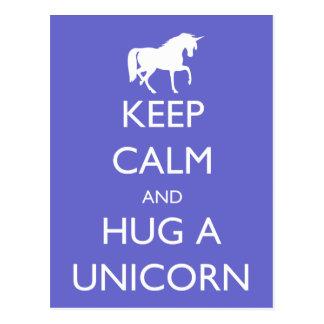 Behalten Sie Ruhe und umarmen Sie einen Unicorn Postkarte