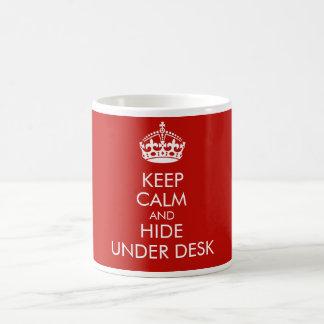 Behalten Sie Ruhe und verstecken Sie sich unter Tasse
