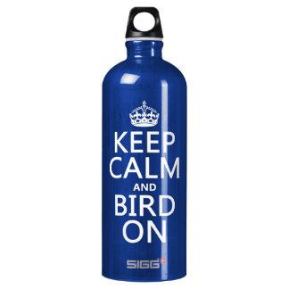 Behalten Sie Ruhe und Vogel an Wasserflasche