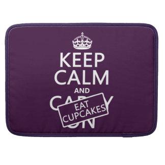 Behalten Sie ruhig und essen Sie kleine Kuchen MacBook Pro Sleeve