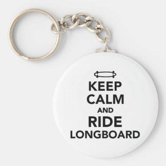 Behalten Sie ruhig und Fahrt Longboard Standard Runder Schlüsselanhänger