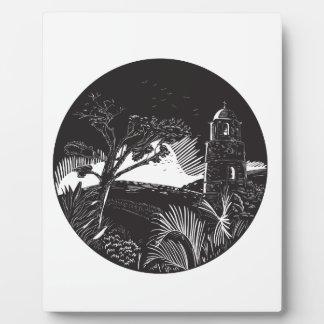 Belfry-Turm auf Hügel-Baum-Kreis-Holzschnitt Fotoplatte