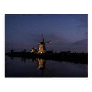 Belichtete Windmühle an der blauen Postkarte