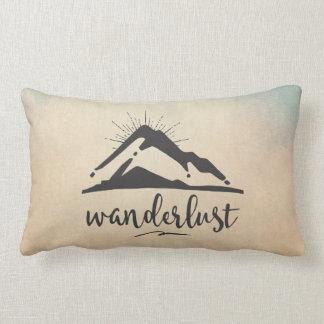 Berg mit Sunrays - Wanderlust-Typografie Lendenkissen