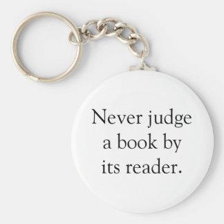 Beurteilen Sie nie ein Buch Standard Runder Schlüsselanhänger