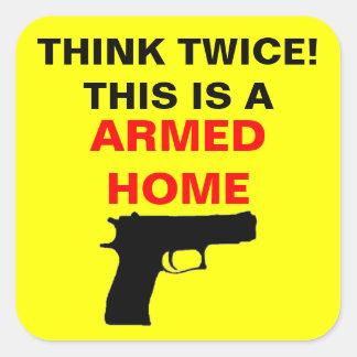 Bewaffnete Zuhause-Vorsicht Quadratischer Aufkleber