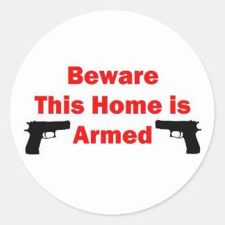 Bewaffnetes Zuhause Runder Aufkleber