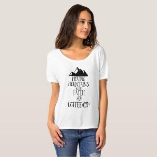 Bewegliche Berge mit Glauben und Kaffee T-Shirt