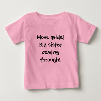Bewegung beiseite! Große Schwester, die durch Baby T-shirt