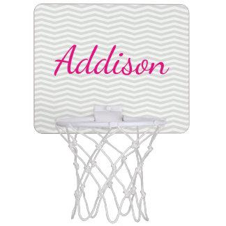 Bezaubernder mutiger Skript-Name mit grauem Mini Basketball Netz