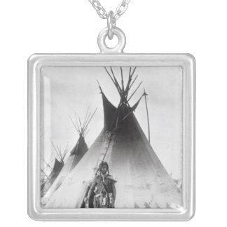 Blackfoot tapferes, nahe Calgary, Alberta, 1889 Halskette Mit Quadratischem Anhänger