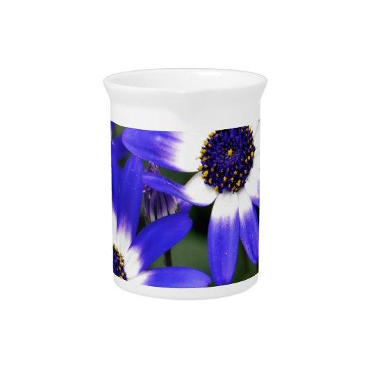 Blau gemalte Gänseblümchen Getränke Pitcher