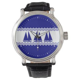 Blau-und weißeküstenSegelboote der Marine-3 Uhr