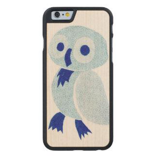 Blaue Eule auf weißem Holz Carved® iPhone 6 Hülle Ahorn