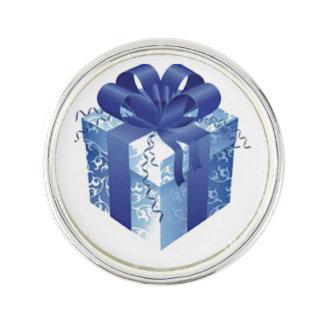 Blaue Geschenkboxen mit blauem Band Anstecknadel