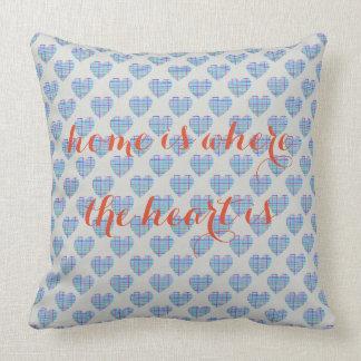 Blaue gestreifte Herzen auf Kieselgrau Kissen