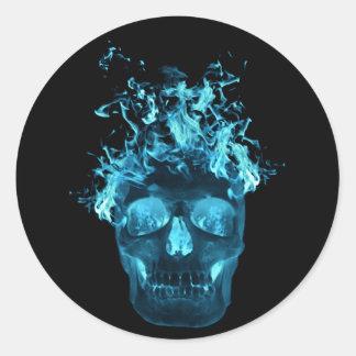 Blaue lodernde Schädel-Aufkleber Runder Aufkleber