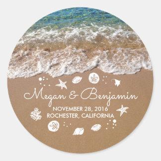 Blaue Strand-Wellen und Sand-romantische Runder Aufkleber