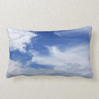 Blauer Himmel-Weiß bewölkt den besonders Kissen