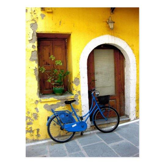 blaues fahrrad gegen eine gelbe wand postkarten zazzle. Black Bedroom Furniture Sets. Home Design Ideas
