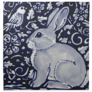 Blaues und weißes Kaninchen mit Stoffserviette