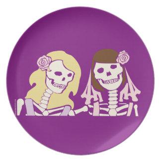 Blonde und brünette weibliche Skeleton Paare Flacher Teller