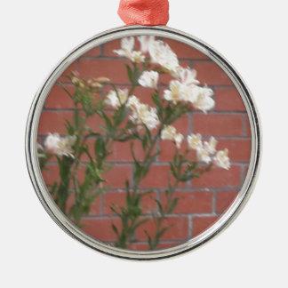 Blumen auf Ziegelstein Silbernes Ornament