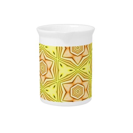 Blumenkaleidoskop auf gelbem Hintergrundkrug Getränke Pitcher