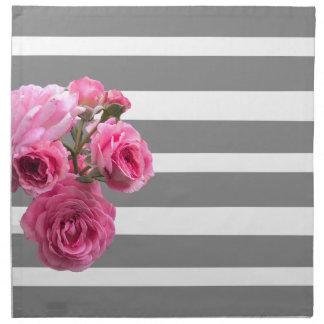 Blumenstrauß der rosa Rosen auf grauen Streifen Serviette