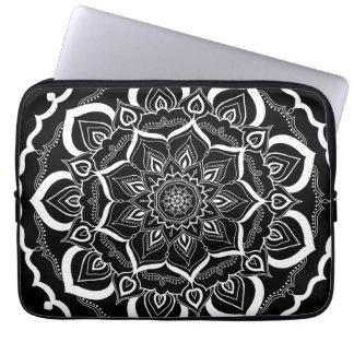 Böhmische Hand gezeichneter Mandala Schwarz-weiß Laptop Sleeve