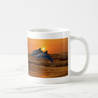 Bottlenose-Delphin am Sonnenuntergang Kaffeetasse