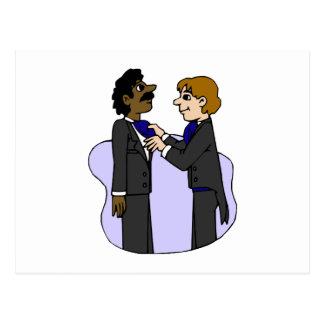 Bräutigame, die für wedding zwischen verschiedenen postkarte