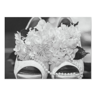 Brautschuhe und -Blumen auf Hochzeitseinladung Karte