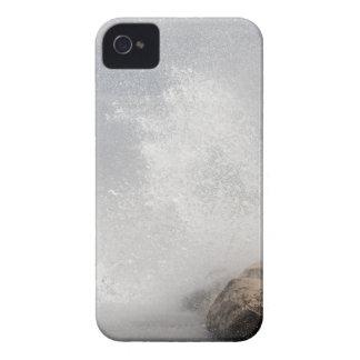 Brechende Wellen auf Felsen auf dem adriatischen iPhone 4 Hülle